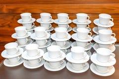 Vele Lege Witte die Thee of Koffiekoppen op Lijst worden gestapeld De Dienst van de gebeurteniscatering stock afbeeldingen