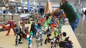 Vele LEGO-monster-transformatoren bij de tentoonstelling van speelgoed voor kinderen en volwassenen stock video