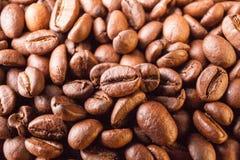 Vele macro coffe bonenclose-up op koffieachtergrond Stock Afbeeldingen