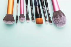 Vele make-upborstels op document achtergrond stock foto