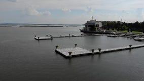 Vele meeuwen zitten op het dok, meeuwen op de pijler dichtbij een mooi hotel stock video