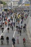 Vele mensen berijden fietsen in de stadscentrum van Moskou Stock Foto