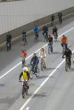 Vele mensen berijden fietsen in de stadscentrum van Moskou Stock Foto's