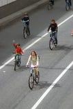 Vele mensen berijden fietsen in de stadscentrum van Moskou Royalty-vrije Stock Foto