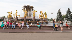Vele mensen bij een fonteinvriendschap van Volkeren Royalty-vrije Stock Afbeelding