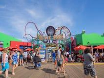 Vele mensen brengen hun tijd bij Vreedzaam Park in Santa Monica Pier door Royalty-vrije Stock Foto's