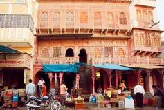 Vele mensen die voedsel en kruiden in winkels op historische straat van Indische stad kopen Royalty-vrije Stock Foto