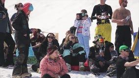 Vele mensen die in zonnebril bij ski zitten nemen zijn toevlucht Zonnige dag Actieve wedstrijd stock videobeelden
