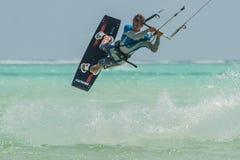 Vele mensen gaan Kitesurfing op Zanzibar tanzania stock foto