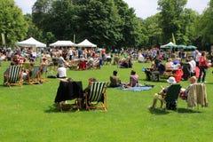 Vele mensen in het park in de stad Rotterdam in de zomer Stock Foto's