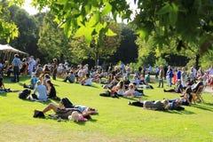 Vele mensen in het park in de stad Rotterdam in de zomer Royalty-vrije Stock Fotografie