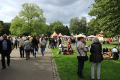 Vele mensen in het park voor de muziekgebeurtenis in de stad Rotterdam in de zomer Royalty-vrije Stock Fotografie