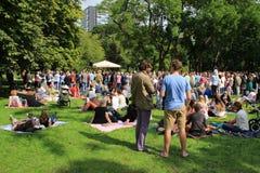 Vele mensen in het park voor de muziekgebeurtenis in de stad Rotterdam in de zomer Royalty-vrije Stock Afbeelding