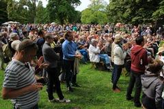 Vele mensen in het park voor de muziekgebeurtenis in de stad Rotterdam in de zomer Stock Fotografie