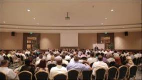 Vele mensen kwamen bij een conferentie of een seminarie samen Vage achtergrond stock video
