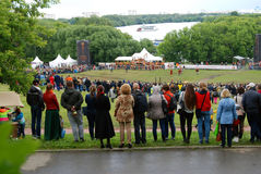 Vele mensen letten op de show in Kolomenskoye-park Royalty-vrije Stock Fotografie