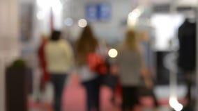 Vele mensen lopen binnen de opslag van de wandelgalerijtentoonstelling stock video