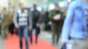 Vele mensen lopen binnen de opslag van de wandelgalerijtentoonstelling stock videobeelden