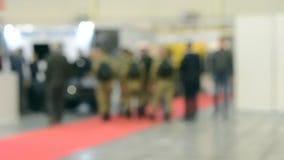 Vele mensen lopen binnen de opslag van de wandelgalerijtentoonstelling stock footage