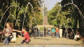 Vele mensen lopen, die de zomer van festival genieten Kinderen die in centraal park lopen stock videobeelden