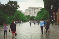 Vele mensen lopen langs de straat dichtbij het Vierkant van het Kremlin in Moskou stock afbeeldingen