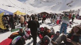 Vele mensen ontspannen bij kamperen bij de skitoevlucht De golf dient camera in Zonnige dag stock video