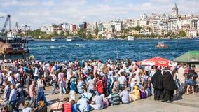 Vele mensen op Gouden Hoornwaterkant in Istanboel Royalty-vrije Stock Foto's