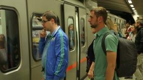 Vele mensen op metro, automatische deuren van trein openen, passagiers die auto ingaan stock video