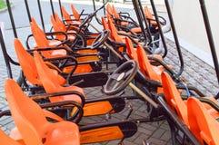 Vele modieuze oranje vierwielige sportenfietsen, cycluskaarten voor de recreatie en het toerisme van familiesporten met een wiel  royalty-vrije stock fotografie