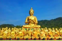 Vele mooie gouden beelden van Boedha royalty-vrije stock afbeeldingen