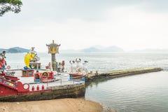 Vele mooie standbeelden en overzees bij Kwun-Yamtempel, Hong Kong Royalty-vrije Stock Foto