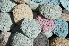 Vele multicolored poreuze puimstenen zijn naast elkaar Gekleurde pastelkleurtextuur stock foto