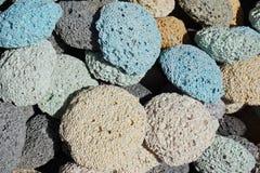 Vele multicolored poreuze puimstenen zijn naast elkaar Gekleurde pastelkleurtextuur royalty-vrije stock fotografie