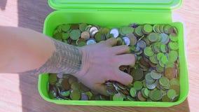 Vele muntstukken van verschillende landen ter beschikking stock videobeelden
