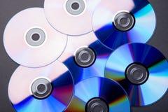Vele muzikale compact-discs met een regenboogspectrum van kleuren zoals stock foto's