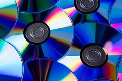 Vele muzikale compact-discs met een regenboogspectrum van kleuren zoals stock afbeeldingen