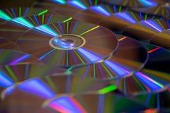 Vele muzikale compact-discs met een regenboogspectrum van kleuren zoals stock afbeelding