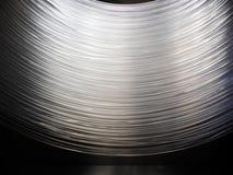 Vele optische vezelkabels hangen, die een boogvorm vormen Dit telegrafeert toestaat Internet om te werken, verbinding tussen Inte stock foto