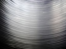 Vele optische vezelkabels hangen, die een boogvorm vormen Dit telegrafeert toestaat Internet om te werken, verbinding tussen Inte royalty-vrije stock foto's