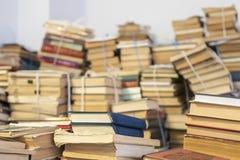 Vele oude gestapelde boeken stock foto's