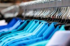 Vele overhemden het hangen Royalty-vrije Stock Afbeeldingen