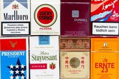 Vele pakken verschillende die sigaretten met hoogste meningsvlakte worden gefotografeerd leggen samenstelling op 25 Maart, 2017 i Stock Afbeelding