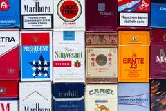 Vele pakken verschillende die sigaretten met hoogste meningsvlakte worden gefotografeerd leggen samenstelling op 25 Maart, 2017 i Royalty-vrije Stock Afbeeldingen