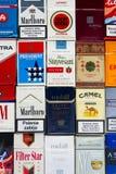 Vele pakken verschillende die sigaretten met hoogste meningsvlakte worden gefotografeerd leggen samenstelling op 25 Maart, 2017 i Stock Foto