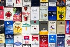 Vele pakken verschillende die sigaretten met hoogste meningsvlakte worden gefotografeerd leggen samenstelling op 25 Maart, 2017 i Royalty-vrije Stock Foto's