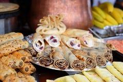 Vele pannekoeken worden gestapeld voor ontbijt en Shrovetide Stock Afbeeldingen