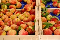 Vele perziken bij de markt Stock Fotografie