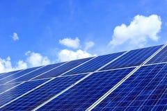 Vele photo-voltaic modules op een bovenkant van een dak royalty-vrije stock fotografie