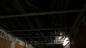 Vele pijpen en draden op plafond in flat zonder het eindigen stock video