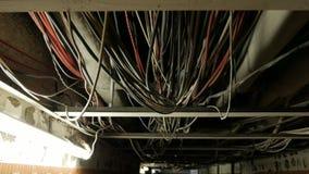 Vele pijpen en draden op plafond in flat zonder het eindigen stock footage